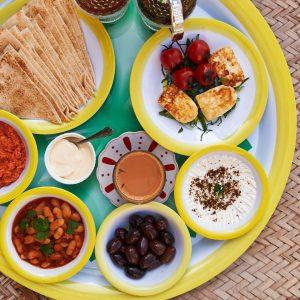 أومليت, لبنة, زيتون, زعتر, بزيلا, خبز لبناني, قهوة