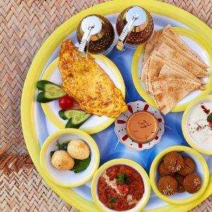 فول مدمس, فلافل, بيض مسلوق, طحينة, خبز عربي, شاي أحمر
